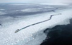 Nesta imagem aérea, um navio de cruzeiro atravessa o gelo da tração no mar de Okhotsk em Abashiri, Hokkaido, Japão.  O gelo de tração chegou em Hokkaido do norte, 20 dias mais cedo do que no ano passado. Fotografia: O Asahi Shimbun via Getty Images.