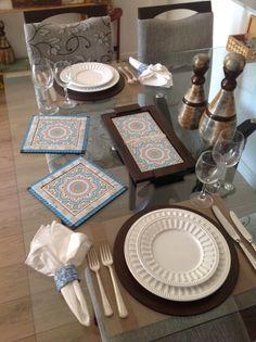 Esta mesa posta com sousplats, bandeja e apoios artesanais da MiLuz artes & mimos ficou um charme!