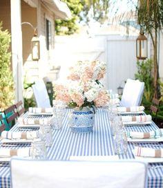 Adoro dar uma xeretada por aí para ver décor de mesas. Nas minhas andanças cibernéticas, achei essas com a inspiração que adoro, azul e branco!  Espero que voces gostem!  AC