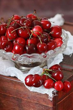 season for Cherry mmm Colorful Fruit, Red Fruit, Fruit Art, Healthy Fruits, Fruits And Vegetables, Acerola, Cherries Jubilee, Fruits Images, Beautiful Fruits