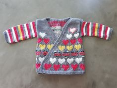 Ein Strickjäckchen mit und von Herzen für meine kleine Nichte 💜💙💛🧡💚  #strickenentspannt #strickenistmeinyoga #strickliebe #strickenisttoll #stricken #strickenmachtsüchtig #strickenmachtglücklich #strickwahn #knittingaddict #knitted #knitterlicious #knitting_inspiration #yarnlove #handgestrickt #knitspiration #strickenfürkinder #strickjäckchen #shareyourknits #FaireIsle #Pullover #Pulli #DIY #StrickenfürKinder #Muster #Strickmuster #Kind #doityourself #DIY #strick #knittersofpinterest