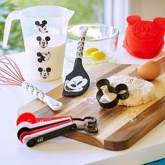Mickey Mouse Baking Set – Disney Eats It's easy to bake up swell treats when Mickey's around to lend a hand! Walt Disney, Disney Parks, Disney Merch, Disney Mugs, Disney Gift, Minnie Mouse, Cozinha Do Mickey Mouse, Mickey Mouse Kitchen, Mickey Y Minnie