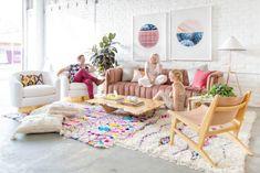 Light Lab, studio créatif Californien. Coin salon, canapé de velour rose. Tapis berbere boucherouite coloré. Tableau graphiques. / Light Lab, creative studio Californian. Seating Area, Sofa pink velor. Berber carpet Boucherouite colorful. graphics table.
