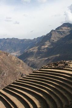 Pisac (or Pisaq in Quechua-spelling) is a small town about 35 km from Cuzco. Pisac is most of all famous for its Sunday market, but also for some ruins dating from about the same time as Machu Picchu. Pisac lives at a very different pace than nearby Cuzco. There is something very harmonious about the whole place, a harmony that evades explanation.