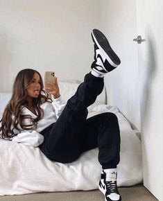 Lazy Outfits, Cute Comfy Outfits, Retro Outfits, Trendy Outfits, Girl Outfits, Outfits With Hoodies, Outfits With Jordans, Girl Jordans, Tomboy Fashion