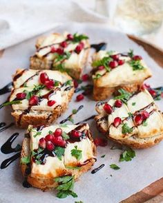 Recept: Toast met brie uit de oven – Savory Sweets Looking for a nice snack? This toast with brie from the oven tastes great with a glass of red wine. Brie, Appetizer Recipes, Appetizers, Le Diner, Snacks Für Party, High Tea, Clean Eating Snacks, Finger Foods, Food Inspiration