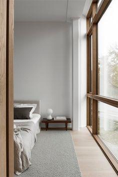 Home Interior Dark Minimalist bedroom with wood-framed windows.Home Interior Dark Minimalist bedroom with wood-framed windows Stylish Bedroom, Modern Bedroom, Natural Bedroom, Modern House Design, Modern Interior Design, Contemporary Interior, Minimal Home Design, Minimal Decor, Interior Colors