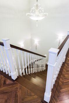 классическая деревянная лестница, темные ступени деревянные, белое ограждение, деревянные перила