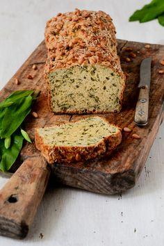 Bärlauchbrot Rezept - Schnell gemachtes Bärlauchbrot ohne Hefe. Ein saftiges Brot mit Bärlauch, Käse und Pinienkernen. #bärlauchbrot #rezept