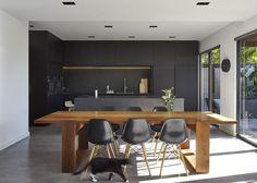 Table en planche brute en parallèle avec le plan de travail en blanc et bois