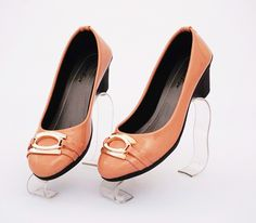 Sepatu heels elegan, warna pink salem. Bahan kulit sintetis glossy. Heels 6 cm