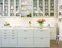 Letar du efter ett slätt lindblomsgrönt kök med klassisk känsla? Då ska du titta närmare på vår kökslucka Bistro. Hitta din köksinspiration hos Ballingslöv!