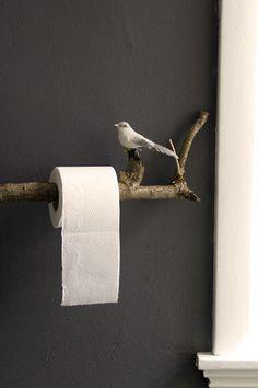 無機質な印象のトイレットペーパーかけも、枝を使えばこの通り!   ちょこんと止まった鳥がかわいいですね。思わず笑顔がこぼれるようなアイデアです。