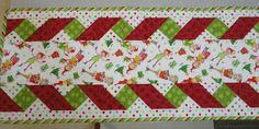 You have to see Christmas Table Runner on Craftsy! - Looking for quilting project inspiration? Check out Christmas Table Runner by member Granny Marsha. Table Runner And Placemats, Table Runner Pattern, Quilted Table Runners, Small Quilts, Mini Quilts, Table Runner Christmas, Christmas Tables, Quilt Boarders, Ribbon Quilt