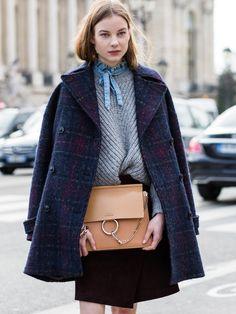 Traumhafte Tasche! Auch die Chloé Faye kommt in verschiedenen Farbkombinationen, schick aussehen tut das Prachtstück immer. Der Ring ist das Markenzeichen dieser Handtasche von Chloé, die es ab etwa 1.400 Euro gibt.window.vn