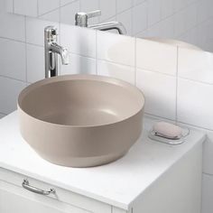 Countertop basins and colored basins are the most desirable and avant-garde at this time for the bathroom (and if they are roses better) Besslingen Countertop Wash Basin 0745800 Countertop Basin, White Countertops, Bathroom Countertops, Black Toilet, Wood Bathroom, Schaum, Architectural Elements, Messing, Bathroom Inspiration