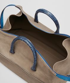 Bottega Veneta® - アッシュ スエード カイマン ディテール パシフィック ダッフルバッグ