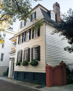 Southern Homes, Southern Charm, Charleston Homes, Low Country, Places To Visit, Multi Story Building, Architecture, Beautiful, Instagram