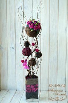 Высота дерева 80 см. Материалы: кофейные зёрна, ротанговые шары, спиральные ветви натуральные, кашпо стеклянное, сухоцветы, сизаль, текстильные ...