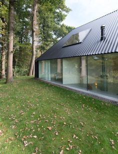 Barend Koolhaas' triangular house has blackened timber walls Architecture Durable, Architecture Design, Residential Architecture, Timber Walls, Timber House, Casas Containers, Design Exterior, Garage Design, Minimal Home
