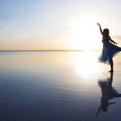 Tb _11260 Flicka dansar i strandkanten