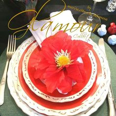 Glamour Collection para você fazer sucesso sempre na sua mesa bela posta. Vejam na próxima foto.como transformar esta mesa em uma mesa natalina com poucas modificações... Idealizamos e produzimos capa para sousplat,  guardanapo, porta guardanapo, trilhos de mesa, toalhas de mesa, arranjo floral,  capa para almofada, jogo americano, cestinhas, cortinas,  capa para puff