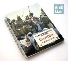 Libreta hecha a mano reciclando un viejo fotocromo de la película «Gandhi».