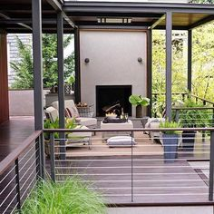 15 Creative Deck Railing Ideas This modern-meets-outdoors space gets its forward-thinking set of details from a mix of metals -- thicker vertical supports, thinner horizontal railings -- as well as stylish wood rail-top pieces. Horizontal Deck Railing, Metal Deck Railing, Deck Railing Design, Patio Railing, Deck Design, Cable Railing, Outdoor Railings, Deck Balustrade Ideas, Deck Railing Ideas Diy