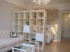 sol en parquet clair, chambre a coucher separateur de pièceétagère, meubler un studio