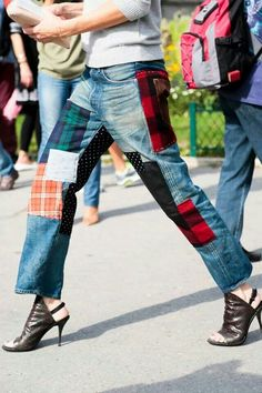 Patchwork Jeans Your Guide to This Summer s Biggest Denim Trend Mode Tartan, Estilo Jeans, Jean Flare, Patchwork Jeans, Denim Fashion, Paris Fashion, Curvy Fashion, Street Fashion, Fall Fashion