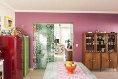Sala de jantar com geladeira colorida