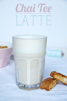 Chai Latte selbstgemacht. Chai Latte weniger süß. Schwarztee mit Weihnachtsgewürzen und Milch.