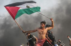 An image of a shirtless young protester in Gaza gripping a Palestinian flag with one hand and swinging a slingshot over his head with the other has drawn comparisons with the iconic French Revolution painting, Liberty Leading the People. World Photography, Photography Awards, White Photography, Editorial Photography, Photography Tips, Street Photography, Landscape Photography, Portrait Photography, Travel Photography