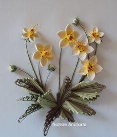 """Olá Pessoal, Este trabalho, foi feito a convite da Sandy, reunindo quillers de vários continentes, com o tema """"folhas"""". Fiz flores brancas..."""