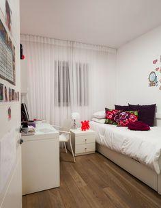 כריות רוזלי על המיטה עיצוב: מירב דהן צילום: עידו אדן