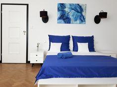 Biało-granatowa sypialnia z czarnymi akcentami. Abstrakcyjny obraz. #bedroom #interiordesign #idea #art #abstract #blue