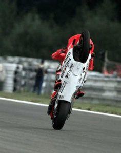 """El rey de los """"Wheelie""""! @maxbiaggi celebrando su victoria en Brno '98 en su lucha por el título de 500cc. #CzechGP"""
