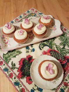 Magdalenas de chocolate blanco y pétalos de rosa