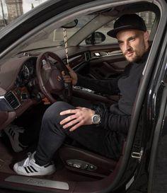 Seinen Porsche Panamera Turbo lässt er leider in Frankfurt.