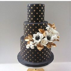 Gorgeous black and #gold wedding #cake by @aelizabethcakes