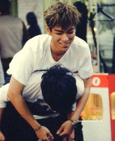 Todae TOP AND POOR DAE ALWAYS HAVING TO GIVE PIGGY BACKS