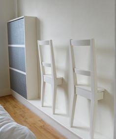 Rondslingerende kleding is een veelvoorkomende ergernis in de slaapkamer. Met dit creatieve idee (en Dutch design!) heb jij een mooie plaats voor je kleding. Het enige dat je nodig hebt zijn een paar (oude) stoelen. Ideaal voor de kleine slaapkamer.