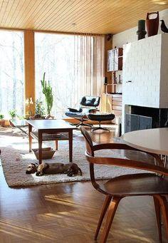 あたたかいオークカラーのインテリア。モダンな北欧家具とのバランスが素敵。