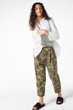 A dressy pair of trouser with a slightly tapered, slightly cropped leg and a big load of charm. Front zipper and button closure, but with an elastic band with some give in the back.