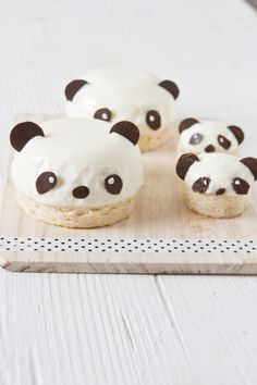 Pandas. Pandas of panna cotta and cake by #littlecook. http://www.littlecook.es/index.php/es/little-cook/317-osos-panda-de-pannacotta #osospanda , #panacota