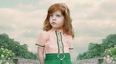 Loretta Lux: Durchkomponierte Kindheit - Die Bilder von Loretta Lux zeigen Kinder in Erwachsenenpose vor übersichtlicher Schlossparklandschaft.     © Loretta Lux/VG Bild-Kunst, Bonn 2015