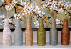 Leuke versierde flessen; met verschillende kleuren garen, ook een idee. Welke lijm te gebruiken???