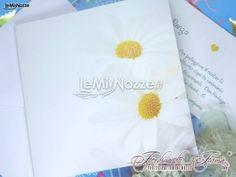 http://www.lemienozze.it/operatori-matrimonio/partecipazioni_e_tableau/organizzazione-matrimonio-bari/media/foto/24  Semplici partecipazioni di matrimonio con candide margherite