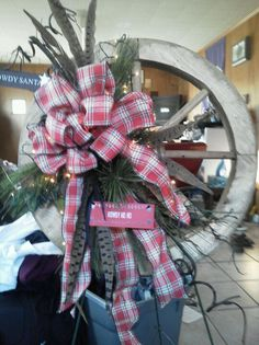 wagon wheel decorated for christmas - Yahoo Image Search Results Christmas Window Boxes, Christmas Porch, Christmas Bows, Christmas Projects, Christmas Holidays, Christmas Decorations, Holiday Decor, Wagon Wheel Decor, Western Christmas