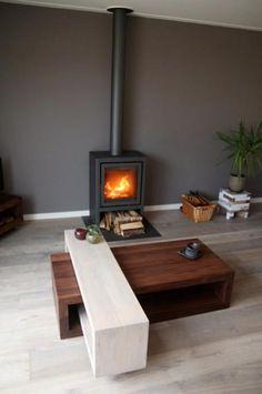 Moderne vrijstaande kachel in de woonkamer met kachelpijp bovenaan | Profires · inspiratie voor sfeerverwarming